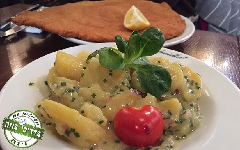 שניצל ווינאי עם סלט תפוח אדמה במסעדת פיגלמולר