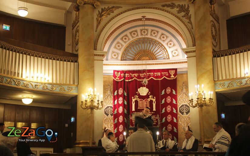 חברי הקהילה היהודית מתפללים מנחה בבית הכנסת הגדול