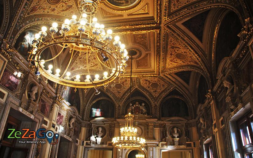 סיור בין האולמות המפוארים של בית האופרה של וינה