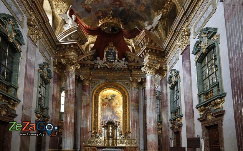 עמודי כנסיית הישועים המצופים שיש וזהב