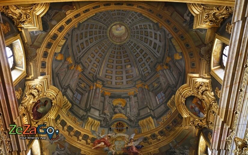 ציור מרהיב המדמה את כיפת הכנסיה