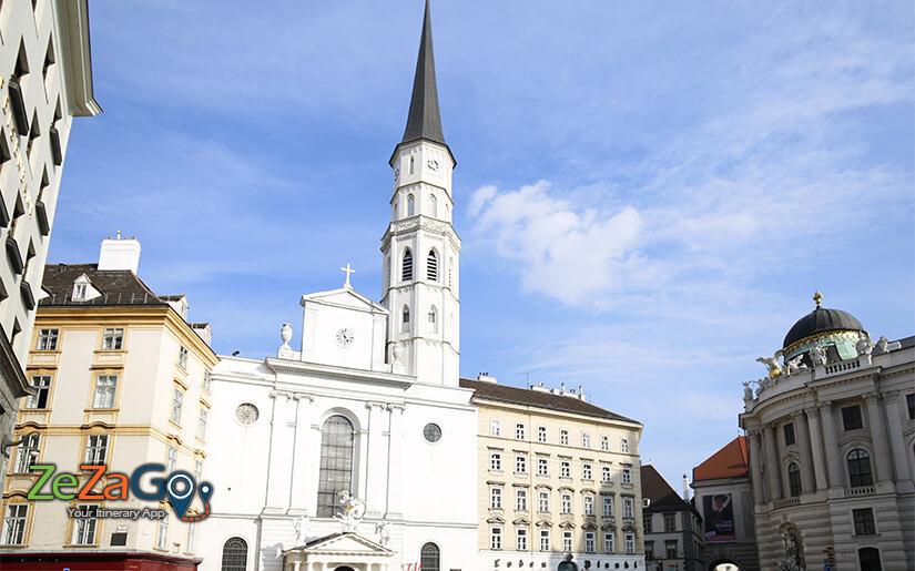 כנסיית מיכאלאר סמוך לארמון הופבורג