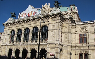 העיר העתיקה: מכנסיית ההודיה לבית האופרה