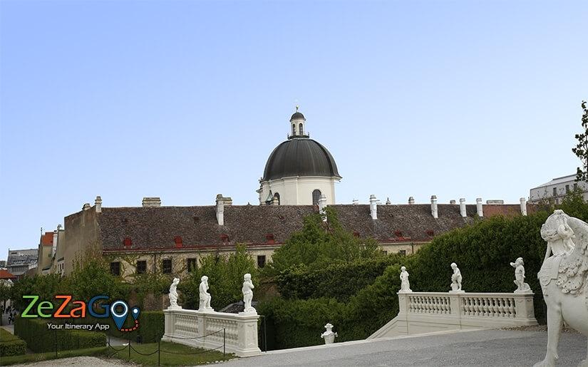 מבנה הכנסייה אובלי עם כיפה גלויה וגבוהה