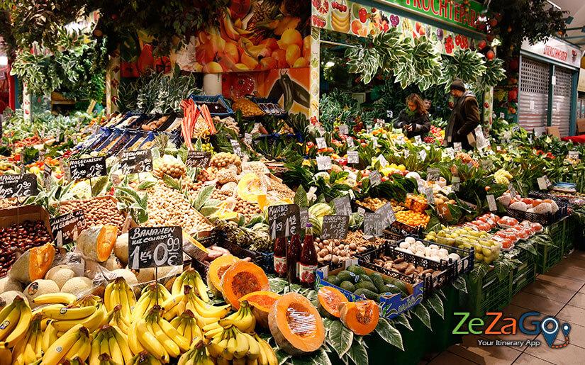 תוצרת חקלאית טרייה : פירות, ירקות, גבינות, יינות, דברי מאפה וכד'