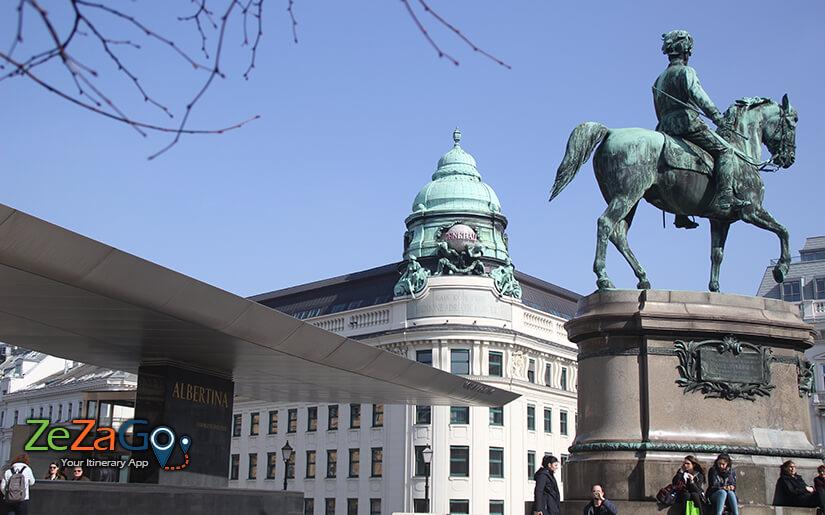 מבט על מוזיאון אלברטינה והכיכר