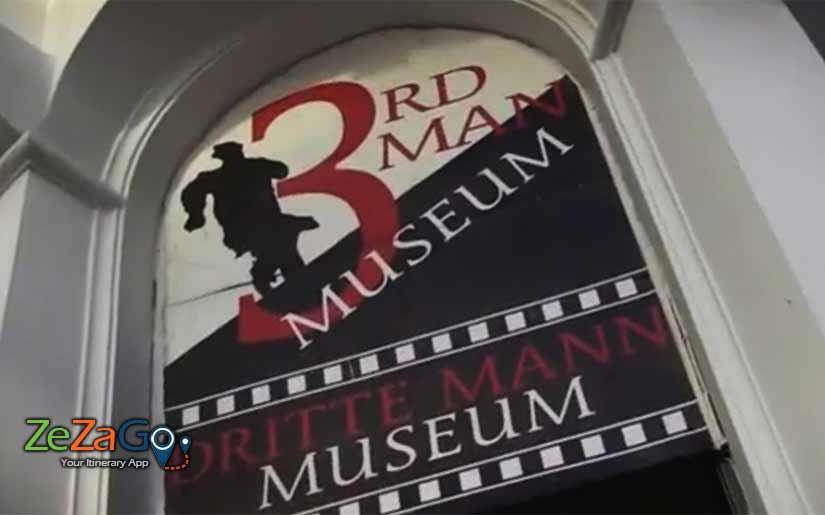 השלט בכניסה למוזיאון האיש השלישי