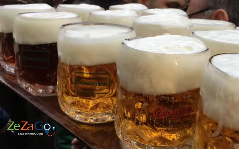 בירה קרה והרבה קצף לבן