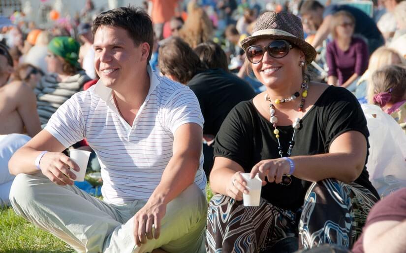 בתמונה: זוג נהנה במהלך ימי פסטיבל חול בעיר וינה
