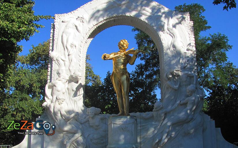 פסלו של יוהן שטראוס בשטאט פארק