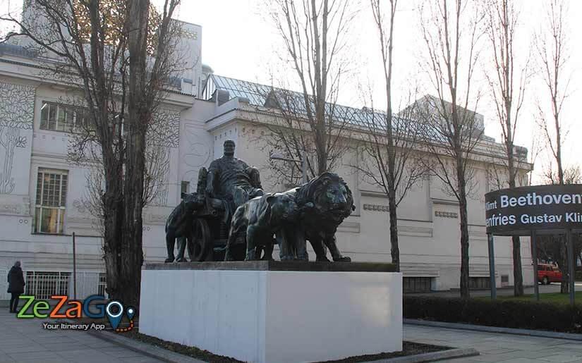 פסל האריות בצמידות לסצסיון הוינאי